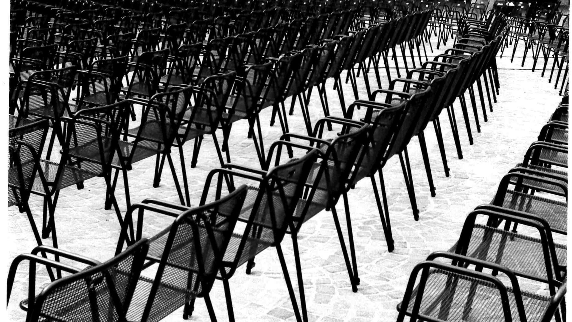 Rustikal: Die Stühle waren aus einfachem Metall und ebenerdig in Reihen aufgestellt. Eine Tribüne gab es erst ab 1980.