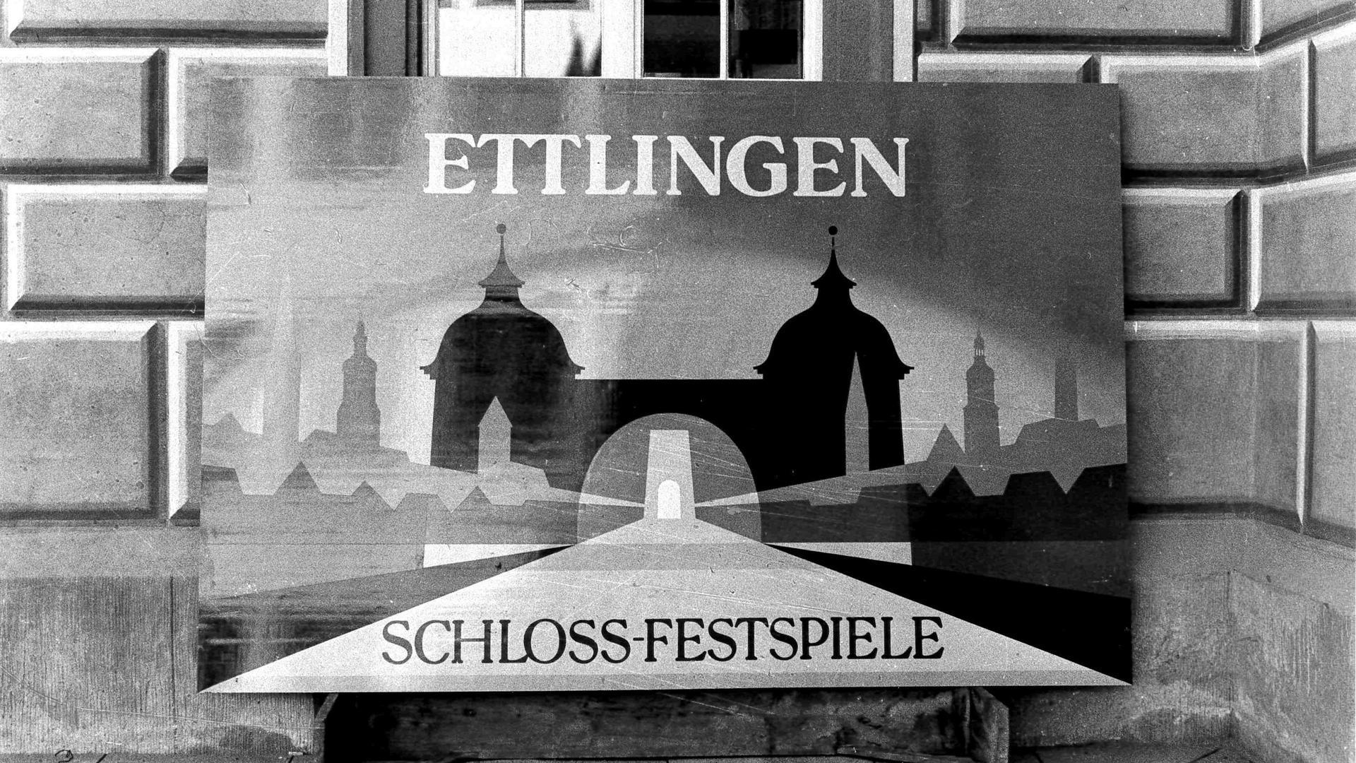 Ettlingen als Festspielstadt: Die Plakattafel, die an den Einfahrten aufgestellt wurde, hat der Maler Hardy Schneider-Sato geschaffen. Von ihm stammt auch der Entwurf des Festspielemblems.
