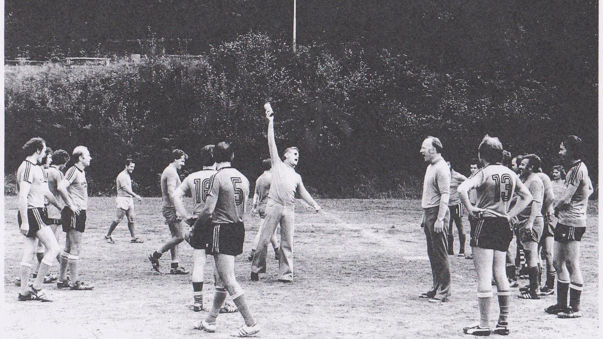 "Am 23. August 1977 organisiert Kurt Müller-Graf (Mitte) den jährlichen ""Kunst gegen Technik""-Kick des Badischen Staatstheaters. Oberbürgermeister Erwin Vetter (Mitte rechts) ist Schiedsrichter."