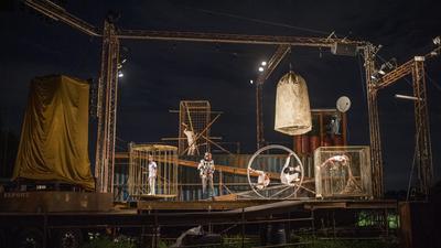 Le prove generali la sera prima dello spettacolo, con i costumi, la scenografia e le luci. Foto di Michele Lapini