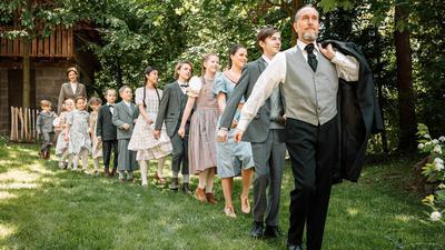 """Ensemble der Komödie """"Das Haus in Montevideo"""", die ab 12. Juni 2021 bei den Volksschauspielen Ötigheim gezeigt werden soll."""