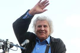 Mikis Theodorakis, griechischer Komponist, Musiker und Dirigent, nimmt an einer Kundgebung teil.