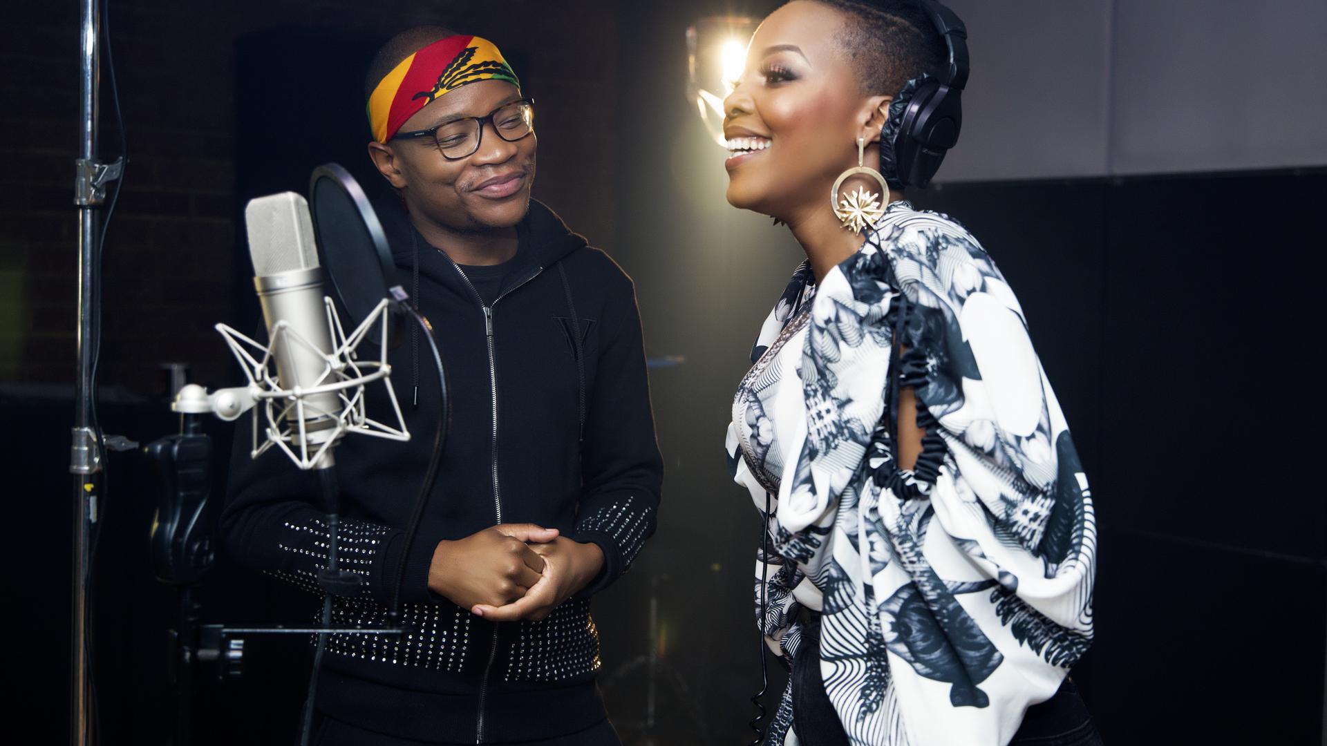 Der Südafrikaner DJ Master KG und Nomcebo Zikode vor einem Mikrofon.