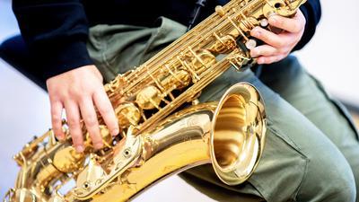 Eine Musikschülerin spielt während einer Unterrichtsstunde an der städtischen Musikschule auf ihrem Saxophon. Weil sie als Bildungseinrichtungen eingestuft werden, dürfen die mehr als 70 öffentlichen und gemeinnützigen Musikschulen in Niedersachsen trotz des Teil-Lockdowns im November offen bleiben. Beim Musizieren müssen Lehrende und Schüler eine Mund-Nase-Bedeckung tragen. +++ dpa-Bildfunk +++