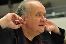 """Der Komponist Wolfgang Rihm spitzt bei der Generalprobe zur Uraufführung seines Werkes """"Séraphine""""-Symphonie bei den Musiktagen in Donaueschingen die Ohren."""