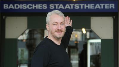 Peter Spuhler vor dem Theater. Foto: Uli Deck/Archiv