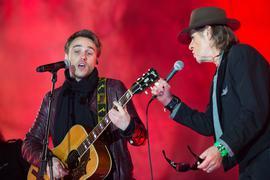 Der Sänger Udo Lindenberg (r) singt am 09.11.2014 beimBürgerfest vor dem Brandenburger Tor in Berlin mit dem Sänger Clueso. Mit zahlreichen Veranstaltungen wird der 25. Jahrestag des Mauerfalls gefeiert.