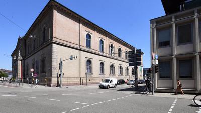 ©ARTIS-Uli Deck// 06.07.2017 Staatliche Kunsthalle Karlsruhe mit Amtsgericht Karlsruhe -Copyright -ARTIS-ULI DECK Werrabronner Strasse 19  D-76229 KARLSRUHE TEL:  0049 (0) 721-84 38 77  FAX:  0049 (0) 721 84 38 93   Mobil: 0049 (0) 172 7292636 E-Mail:  deck@artis-foto.de www.artis-foto.de Steuernummer 34134/43594 Veroeffentlichung nur gegen Honorar nach MFM zzgl. ges. Mwst. (derzeit 7%) , Belegexemplar und Namensnennung. Es gelten meine AGB.