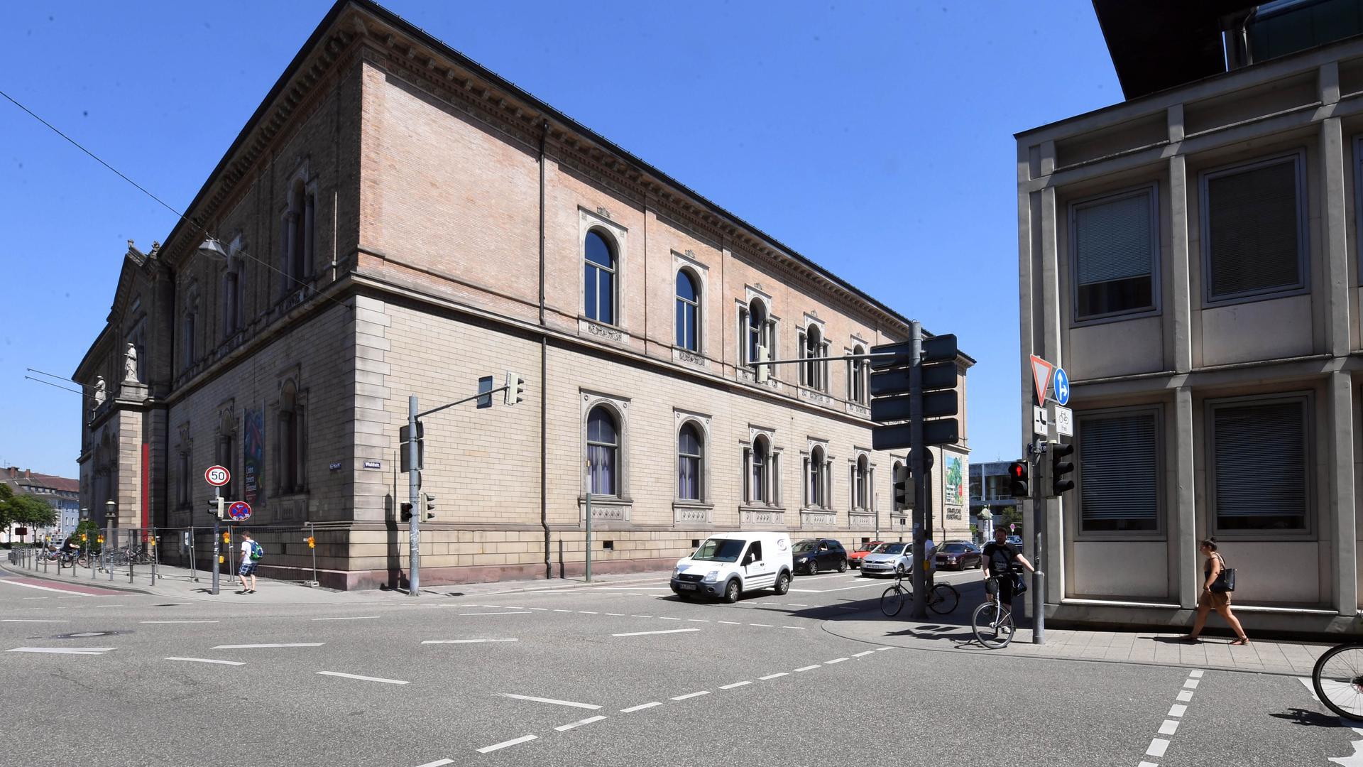 Weiter warten auf die Erweiterung: Links die Kunsthalle Karlsruhe, rechts das Amtsgericht, das Platz machen soll für einen Erweiterungsbau des Museums. Frühestens 2028 könne dort mit Bauarbeiten begonnen werden, erklärt das Ministerium für Wissenschaft, Forschung und Kunst (MWK) in Stuttgart. Foto: ARTIS-Uli Deck und Namensnennung. Es gelten meine AGB.