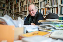 Wolfgang Rihm an seinem Schreibtisch.