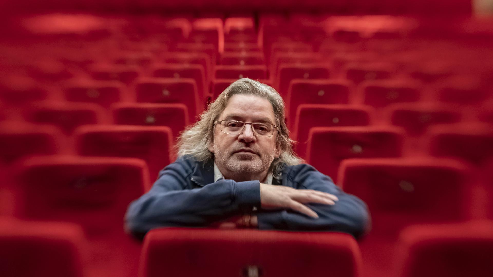 ©ARTIS-Uli Deck// 17.11.2020 Herbert Born vom Filmtheater Schauburg, aufgenommen  im Schauburg-Cinerama Kinosaal inmitten der leeren roten Sitzreihen -Copyright -ARTIS-ULI DECK Werrabronner Strasse 19  D-76229 KARLSRUHE TEL:  0049 (0) 721-84 38 77  FAX:  0049 (0) 721 84 38 93   Mobil: 0049 (0) 172 7292636 E-Mail:  deck@artis-foto.de www.artis-foto.de Veroeffentlichung nur gegen Honorar nach MFM zzgl. gesetzlicher. Mehrwertsteuer, kostenfreies Belegexemplar und Namensnennung: ARTIS-Uli Deck.  Es gelten meine AGB., abzurufen unter :    http://artis-foto.de/agb01_2008_DE.pdf