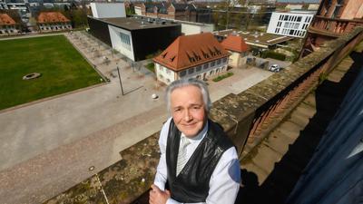 ©ARTIS-Uli Deck// 21.04.2021 Hatmut Höll, Rektor der Musikhochschule Karlsruhe, aufgenommen am Schloss Gottesaue mit dem Campus -Copyright -ARTIS-ULI DECK Werrabronner Strasse 19  D-76229 KARLSRUHE TEL:  0049 (0) 721-84 38 77  FAX:  0049 (0) 721 84 38 93   Mobil: 0049 (0) 172 7292636 E-Mail:  deck@artis-foto.de www.artis-foto.de Veroeffentlichung nur gegen Honorar nach MFM zzgl. gesetzlicher. Mehrwertsteuer, kostenfreies Belegexemplar und Namensnennung: ARTIS-Uli Deck.  Es gelten meine AGB., abzurufen unter :    http://artis-foto.de/agb01_2008_DE.pdf