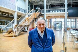 Allein im großen Foyer: ZKM-Vorstand Peter Weibel kann am Dreikönigstag nicht die gewohnten Besuchermengen beim Tag der offenen Tür erwarten. Die Traditionsveranstaltung wird 2021 nur digital angeboten.