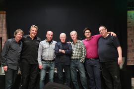 Förderkreis Kultur Karlsruhe: Allan Taylor (Mitte) im Mai 2019 gemeinsam mit Veranstaltern Roland Brecht (rechts von Taylor) und Thomas Pfettscher (links) und Technikern
