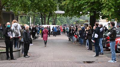 Spalier für den Verwaltungsrat: Rund 270 Mitarbeiter des Badischen Staatstheaters hatten sich zum Protest gegen die Amtsführung von Peter Spuhler vor der Nancyhalle Karlsruhe versammelt.