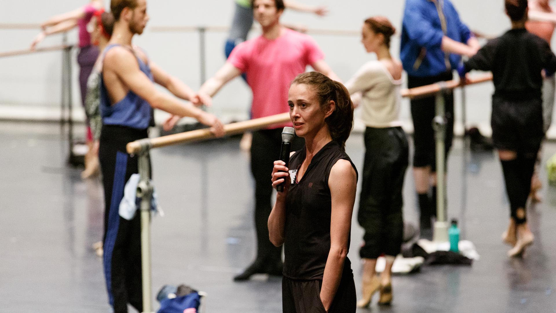 Bridget Breiner, Ballettdirektorin am Staatstheater Karlsruhe ab 2019/20, bei der Probenarbeit im Ballettsaal.