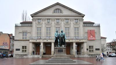 Das Deutsche Nationaltheater Weimar (DNT) mit dem Goethe-Schiller-Denkmal.