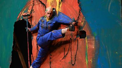 """Szene aus der Performance """"Work"""" des Choreografen Claudio Stellato beim Atoll-Festival im Tollhaus Karlsruhe."""