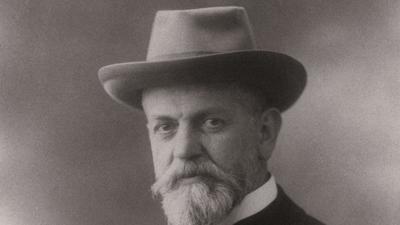 Schwarz-Weiß-Aufnahme eines älteren Herrn mit Bart und Hut