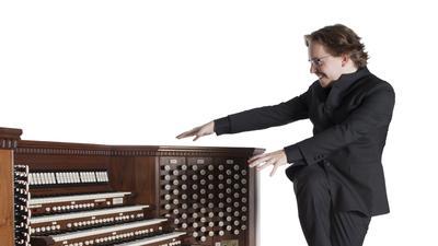 Organist vor einer Orgel