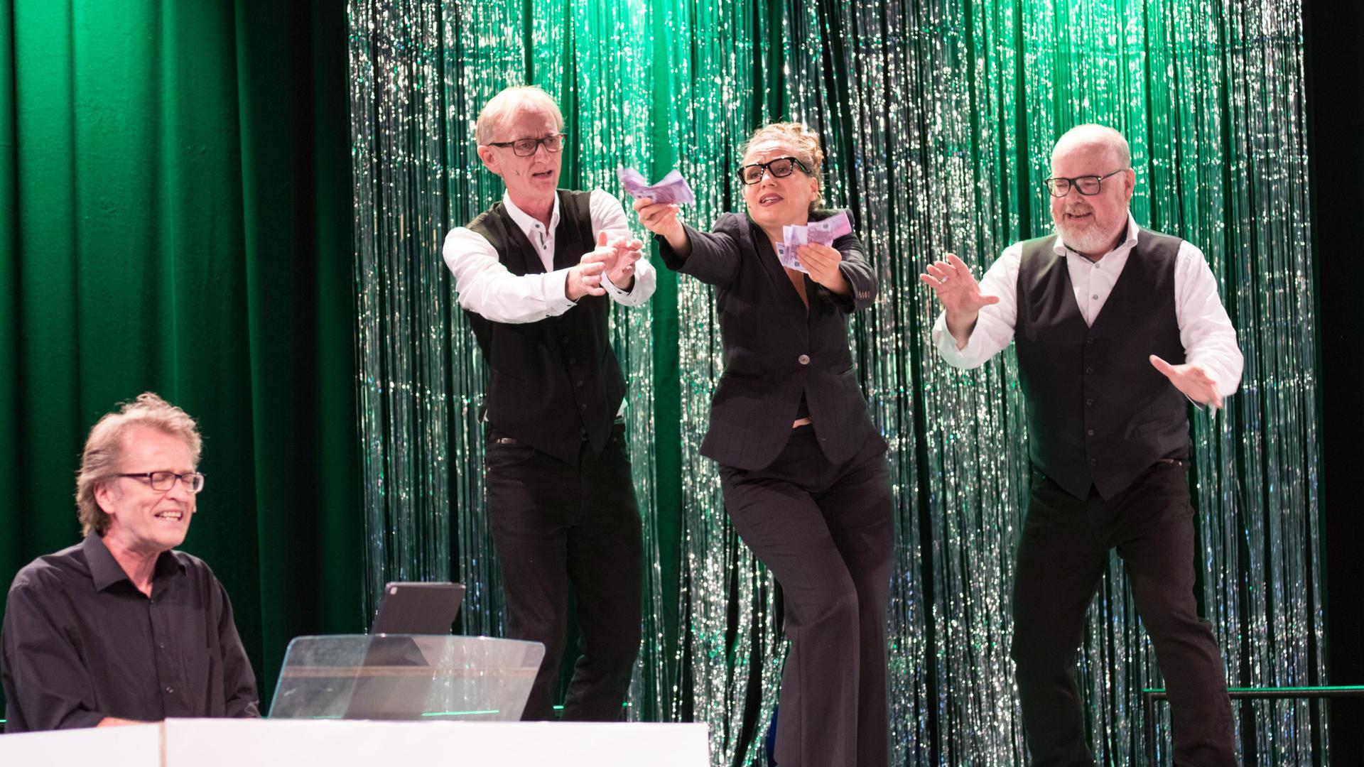 """Immer noch aktuell: Kabarett-Duo Rastetter & Wacker singt gemeinsam mit Sängerin Patricia Keßler und Pianist Michael Postweiler den beliebten Cabaret-Song """"Money makes the world go round"""" von 1972 über die Vorzüge und Laster des Geldes."""