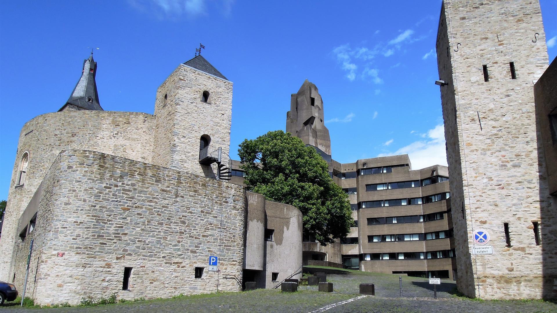 Moderne Akropolis: Das Bensberger Rathaus, das über den Ruinen einer mittelalterlichen Höhenburg entstand, ist heute Pilgerstätte für Architekturbegeisterte.