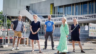 Gemeinsame Arbeit an internen Theater-Baustellen: Heisam Abbas, Claudia Hübschmann und Gunnar Schmidt aus dem Schauspielensemble mit dem Spartenleitungs-Duo Anna Bergmann und Anna Haas (von links).