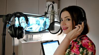 """Alles in die Stimme legen: Sprecherin und Sängerin Sabrina D'Andrea in einer Sprecherkabine des Karlsruher Synchronstudios """"The Kitchen""""."""