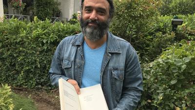 Der Dichter Wael Chabou zeigt seine bisher erschienenen Werke.