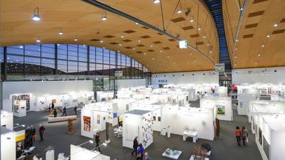 Blick in eine Karlsruher Messehalle während der art Karlsruhe 2020.