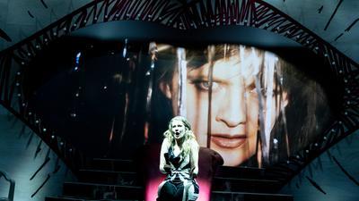 """""""In den Gärten oder Lysistrata Teil 2"""" von Sibylle Berg am Staatstheater Karlsruhe / Szene mit Lucie Emons (Lysistrata) / Online-Premiere 09.05.2021"""