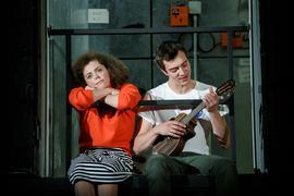 """Schmetterlinge im Bauch: Im Theaterstück """"Nina und Paul"""" (hier: Nico Herzig und Viola Müller) des Jungen Staatstheaters geht es um die erste Liebe."""