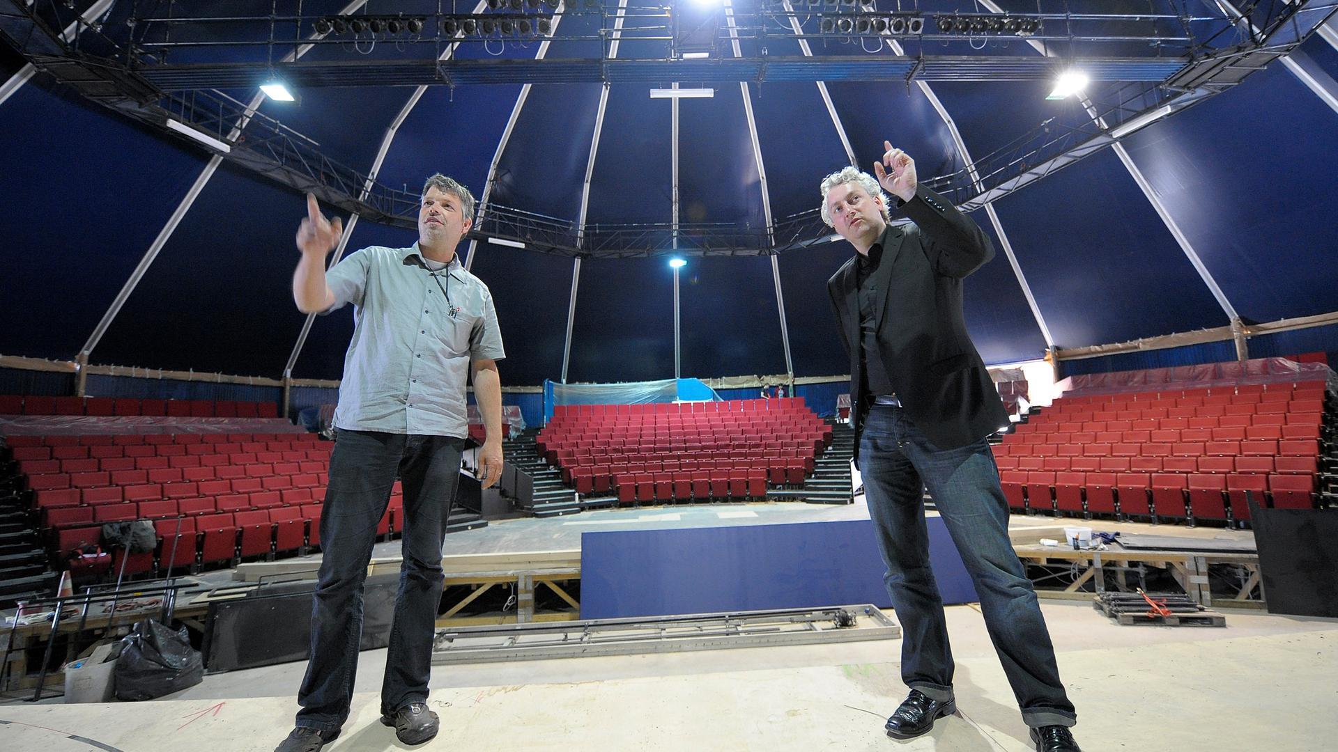 Bekannt als Macher: Peter Spuhler (rechts) zu seiner Zeit als Intendant des Theaters Heidelberg, hier im Mai 2009 mit dem Architekten für den Umbau der Alten Feuerwache, Olaf Kley, beim Aufbau eines Theaterzeltes für das Opernensemble während der Sanierungszeit des Theaters