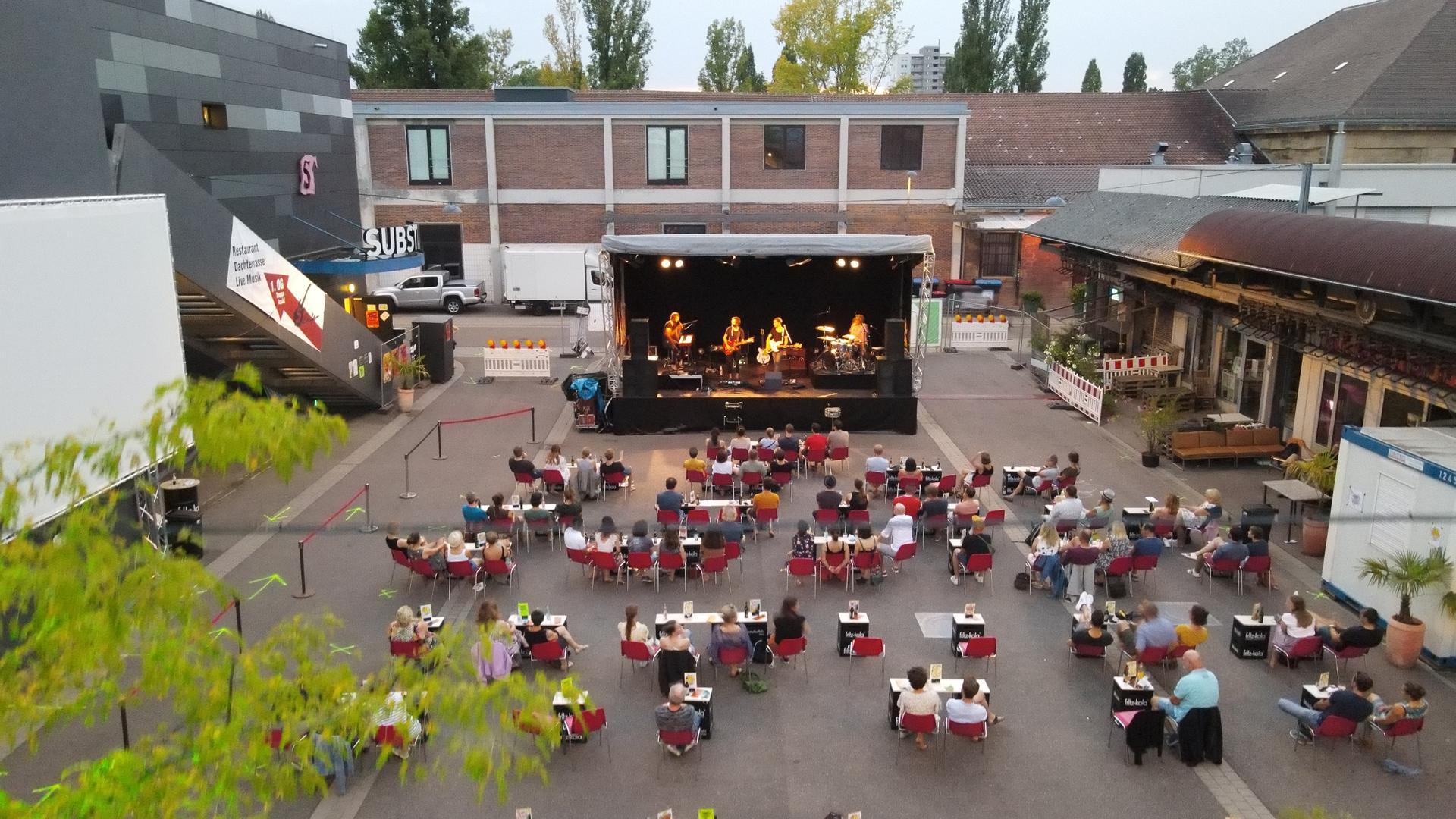 """Gemeinsamer Kulturgenuss unter freiem Himmel ist das Konzept des 2020 im Corona-Sommer gegründeten Festivals """"Toujours Kultur"""" auf dem Karlsruher Schlachthofgelände."""