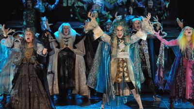 """Vampirdarsteller stehen zu dem Musical """"Tanz der Vampire"""" in Stuttgart auf der Bühne."""