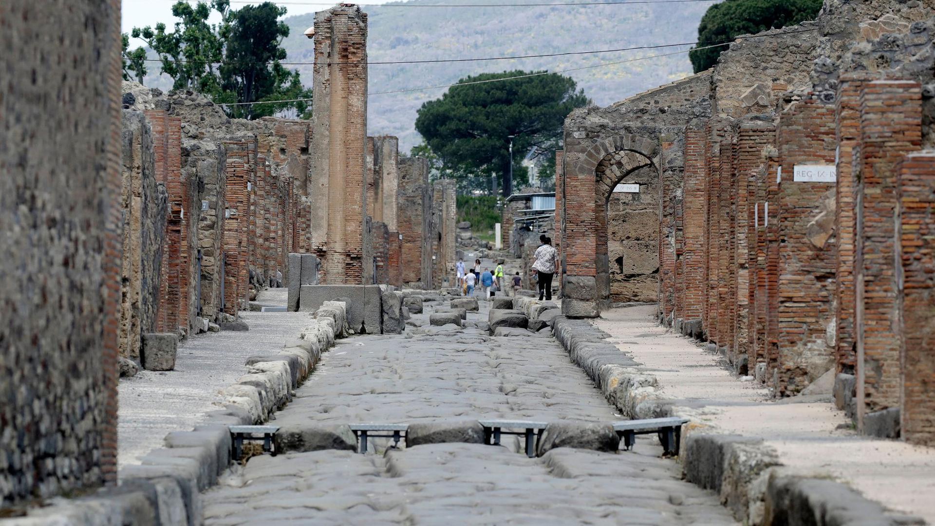 Nur wenige Besucher tummeln sich in der archäologischen Ausgrabungsstätte von Pompeji.