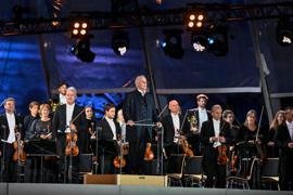 Daniel Barenboim (M) und die Berliner Staatskapelle beim Open-Air-Konzert vor der Staatsoper.