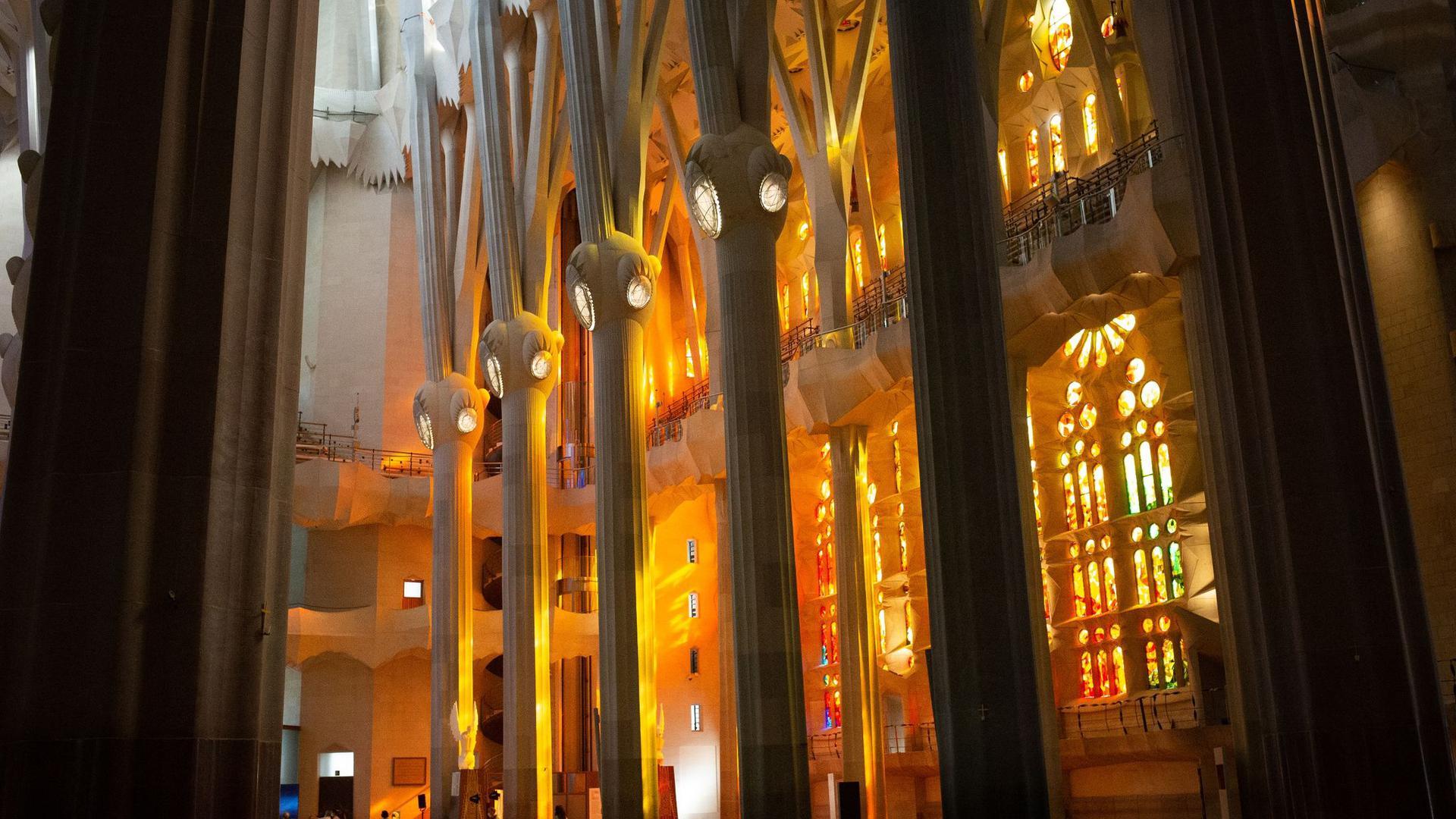 Innenansicht der noch im Bau befindlichen Basilika Sagrada Familia des spanischen Architekten Antoni Gaudi.