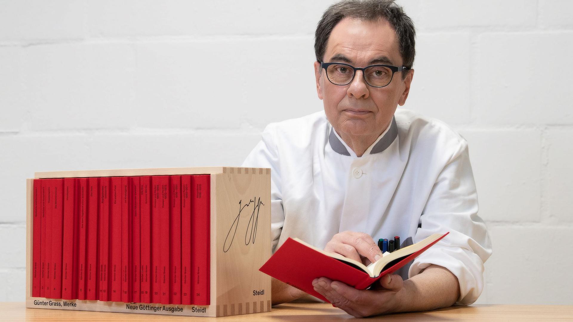 Verleger Gerhard Steidl präsentiert die Neue Göttinger Ausgabe.