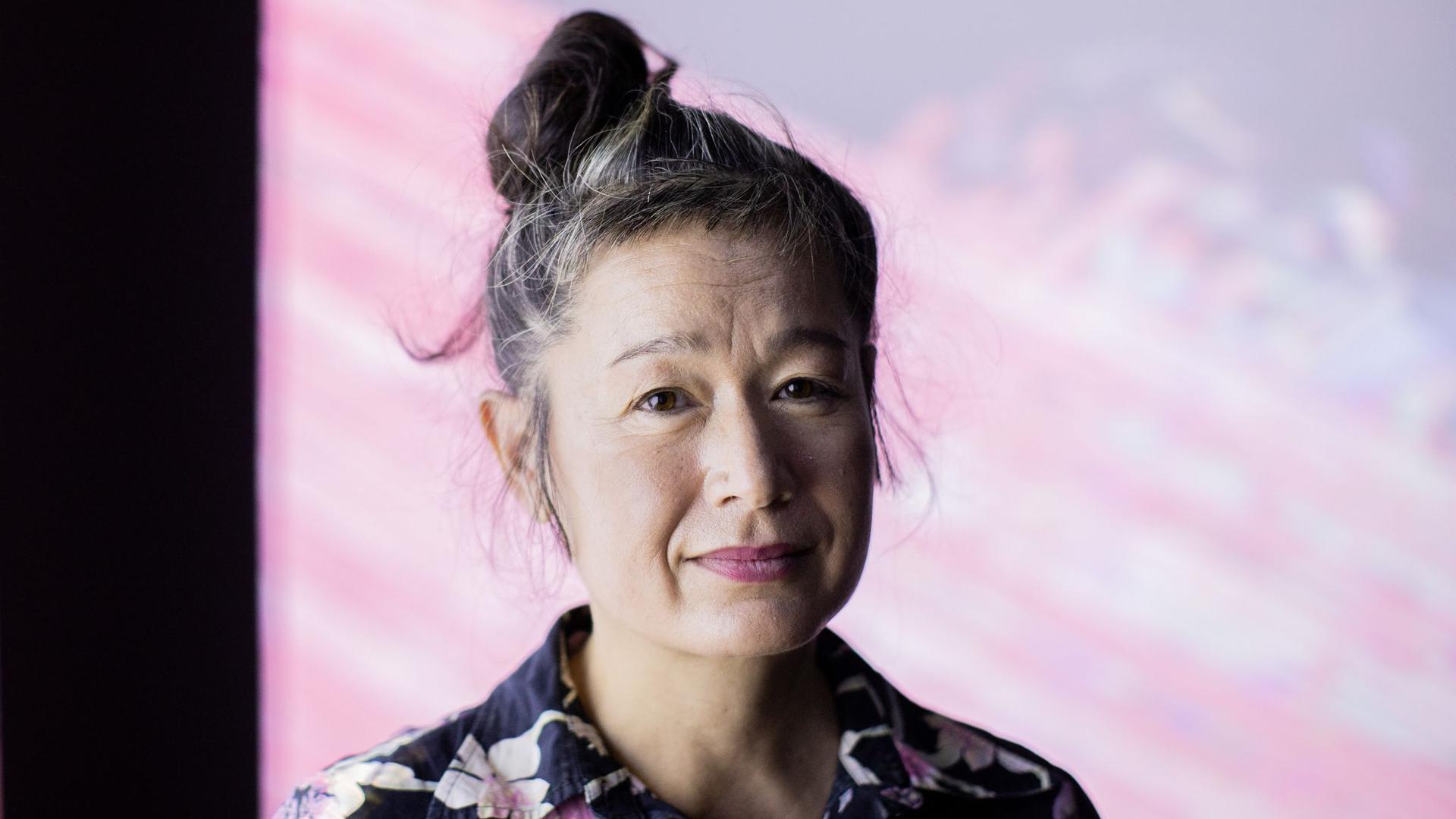 Hito Steyerl gehört zu den international einflussreichsten Medienkünstlerinnen und mischt mit ihren gesellschaftskritischen Installationen den Kunstbetrieb auf.