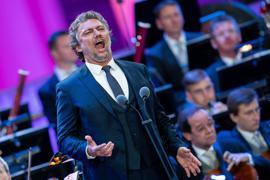 Jonas Kaufmann findet es wichtig, dass der Nachwuchs direkt in einen Opernsaal oder ein Konzerthaus gebracht werden sollte.
