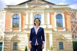 Oxana Lyniw vor dem Bayreuther Festspielhaus.