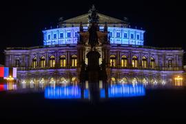 Die Semperoper in Dresden am Abend.
