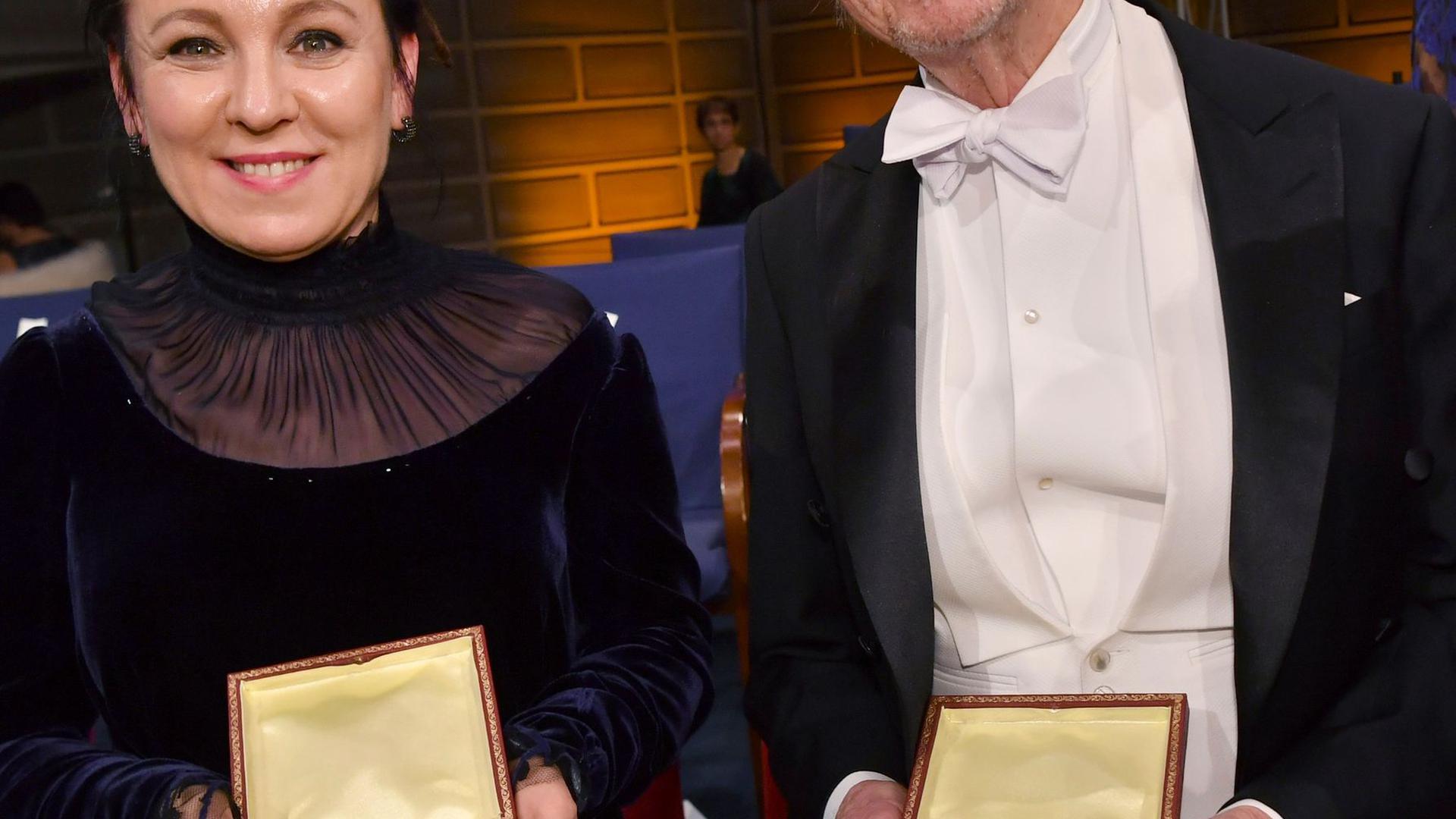Doppelte Vergabe: Olga Tokarczuk aus Polen (l) und Peter Handke aus Österreich mit ihren Medaillen bei der Nobelpreisverleihung.