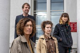 Vier von sechs Kandiaten: Boy Bjerg (l-r), Anne Weber, Deniz Ohde und Dorothee Elmiger vor dem Portikus des Frankfurter Literaturhauses.