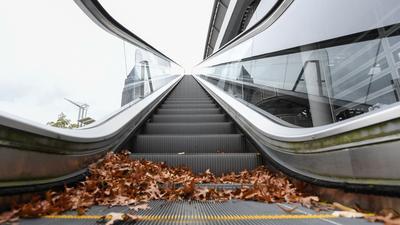 Die Rolltreppe an der Messehalle 3 steht still. Gedränge gibt es auf der Frankfurter Buchmesse dieses Jahr nicht.