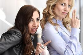 Die Schauspielerinnen Carol Schuler (l) als Fallanalytikerin Tessa Ott und Anna Pieri Zuercher als Juristin Isabelle Grandjean sind die neuen TV-Kommissarinnen.