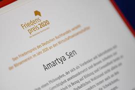 Die Urkunde für Amartya Sen, den indischen Wirtschaftswissenschaftler und Philosophen.