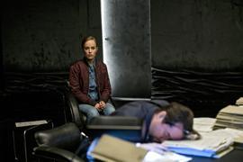 """Professor Boerne (Jan Josef Liefers) ist verwirrt und erschöpft - Nadeshda Krusenstern (Friederike Kempter) wacht über ihn in einer Szene des """"Tatort: Limbus""""."""
