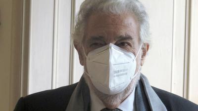 Der Opernsänger Plácido Domingo setzte auch beim Fototermin die Maske nicht ab.